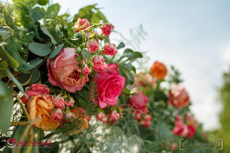 Kwiaty podkreśliły nastrój ślubu w stylu boho