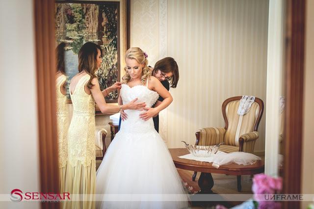 Zakładanie sukni ślubnej przez pannę młodą