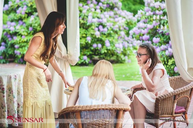 Zdjęcie rozmawiających ze sobą gości weselnych