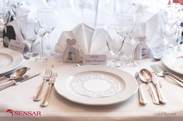 Nakrycie stołu na weselu zorganizowanym w pół roku