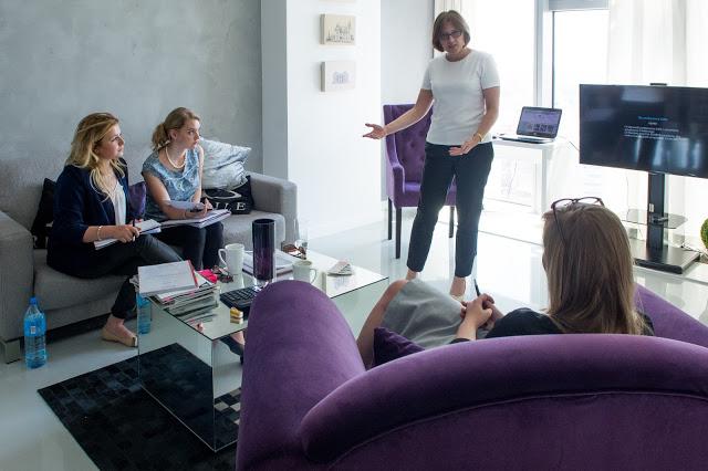 Joanna Kłosińska uczy przyszłe konsultantki ślubne podczas szkolenia wedding planera