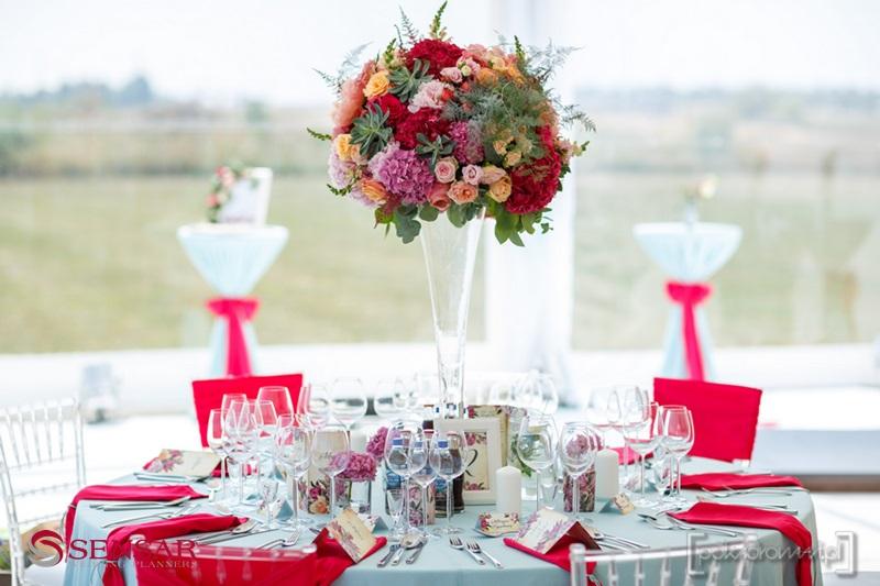 Wesele w plenerze - widok na dekoracje stołu