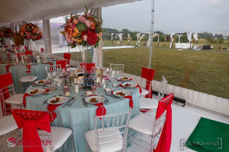 Wesele w plenerze - widok z sali weselnej na strefę na dworzu