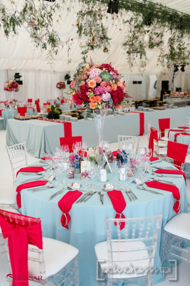 Wesele w plenerze - widok na stoły w sali weselnej