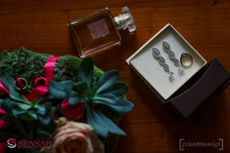 Wesele w plenerze - detal, zdjęcie biżuterii