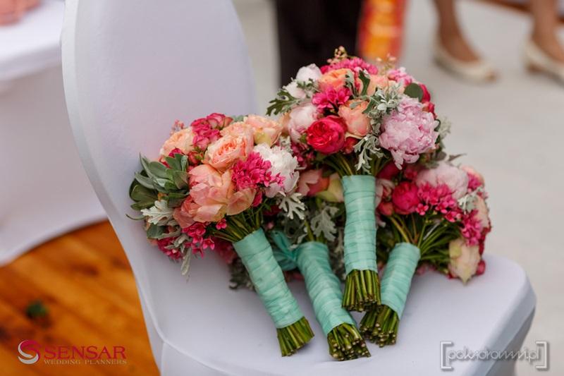 Wesele w plenerze - zbliżenie na bukiety kwiatów