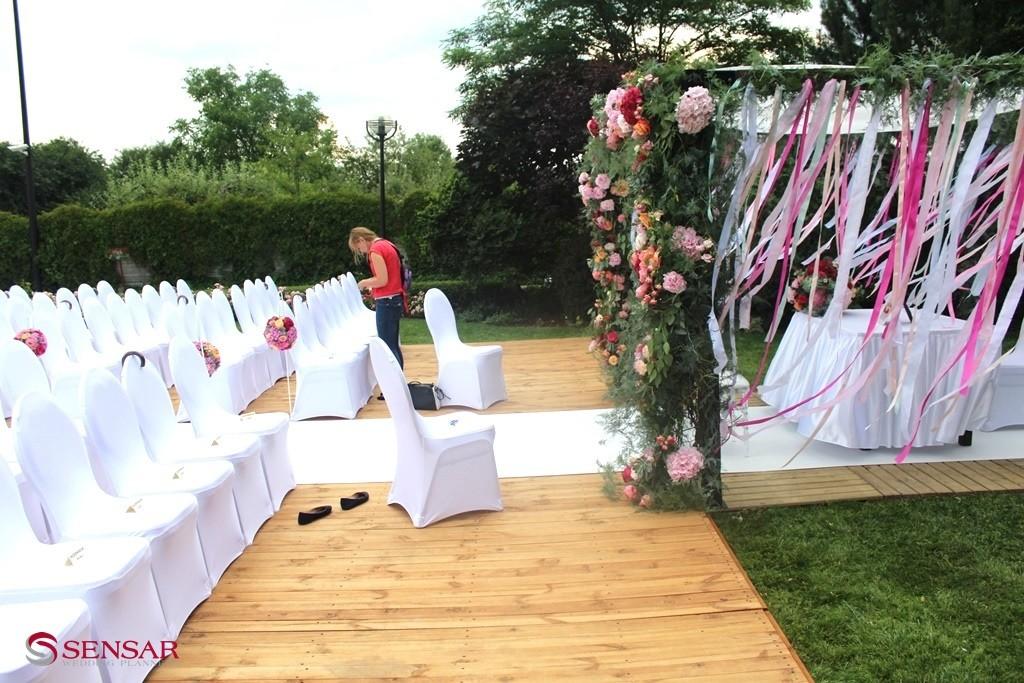 Wedding planner rozkłada plan rozsadzenia gości