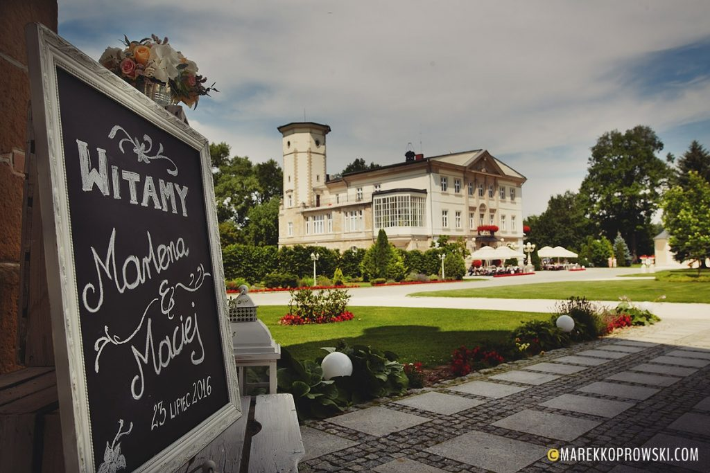 Widok na pałac i tabliczkę powitalną