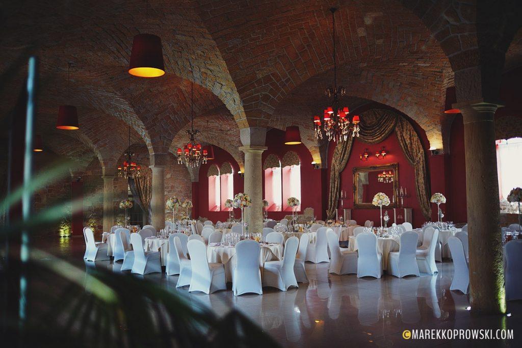 Widok na stoły ustawione w sali weselnej