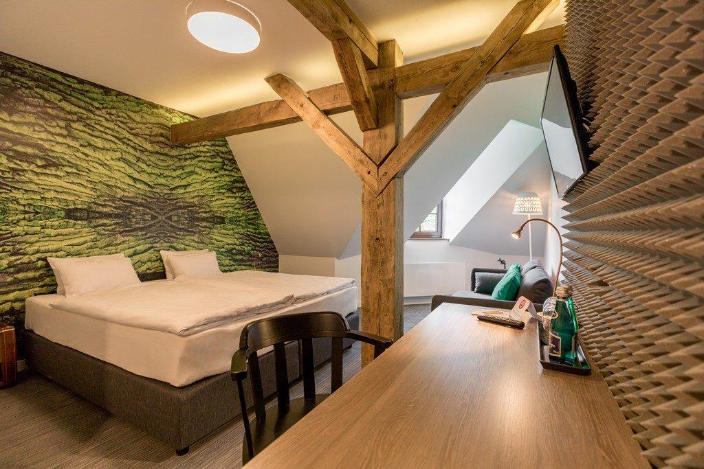 Zielonobrązowy pokój hotelowy