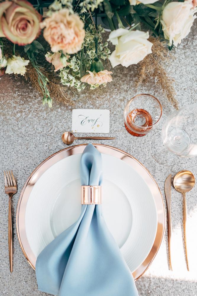 dekoracja stołu w kolorach dusty blue i miedziane dodatki